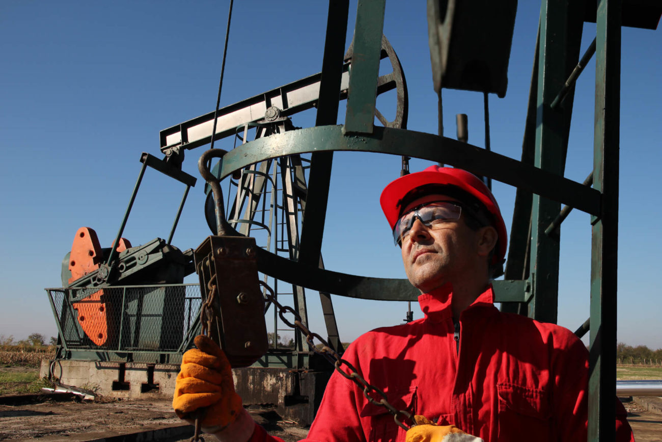 Oil-and-gas-worker-Airswift-e1542109971394